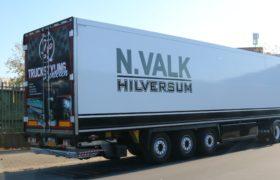 Wezenberg Trailers levert jong gebruikte Polyester Krone oplegger af aan Nick Valk Transport in Hilversum