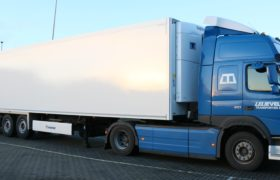 Wezenberg Trailers levert eerste 2 uit een serie van 4 gestuurde PIEK multitemp polyester Krone opleggers af aan Lelieveld Transporten