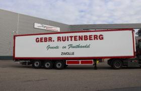Wezenberg Trailers levert polyester Krone koeloplegger af aan groente en fruithandel Gebr. Ruitenberg uit Zwolle