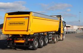 Wezenberg Trailers levert HRD trailerchassis met Gijsbertsen kipper af aan Brouwer & Brouwer in Eastermar