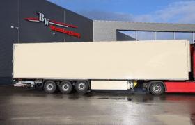 Wezenberg Trailers levert 2 polyester Krone koeloplegger af aan Poiesz Supermarkten in Sneek