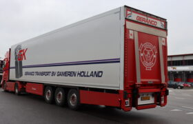 Wezenberg Trailers levert polyester Krone koeloplegger af aan Geranco Transport in Gameren