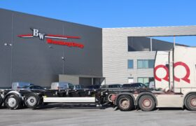 Wezenberg Trailers levert 3 Krone containerchassis af aan Dronq Transport Amsterdam