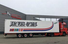 Wezenberg Trailers levert 2 stuks polyester Krone koeloplegger af aan J.P. Vis Transport BV