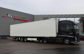 Wezenberg Trailers levert gestuurde polyester Krone koeloplegger af aan De Winter Logistics in Honselersdijk