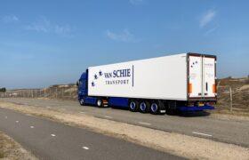 Wezenberg Trailers levert polyester Krone koeloplegger af aan Van Schie Transport uit Hillegom