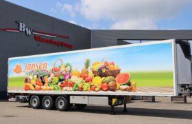 Wezenberg Trailers levert polyester Krone koeloplegger af aan VOF Jansen Groente en Fruit uit Nieuwleusen