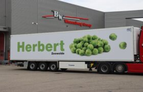 Wezenberg Trailers levert polyester Krone koeloplegger af aan Gebr. Herbert in Zeewolde