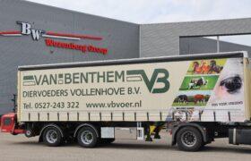 Wezenberg Trailers levert op maat gemaakt gestuurde WEB Tautliner met Kooi Aap aansluiting af aan Van Benthem Diervoeders Vollenhove B.V.